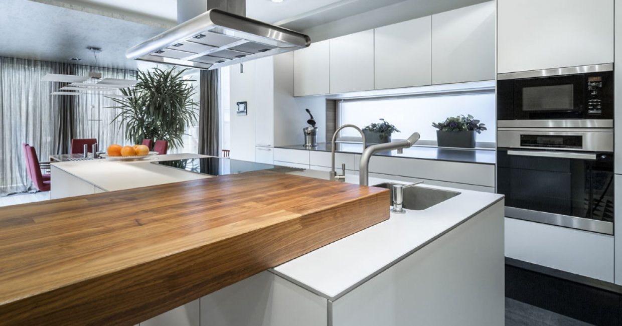 Through the combination with warm wood shades, cool high gloss white creates – as here in this modern kitchen – a particularly impressive atmosphere