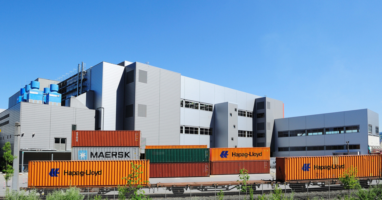 The extension of the logistics centre at plant 7 in Dornbirn includes an additional three-storey production building, an additional automated high-bay warehouse and a new container loading area for rail transport