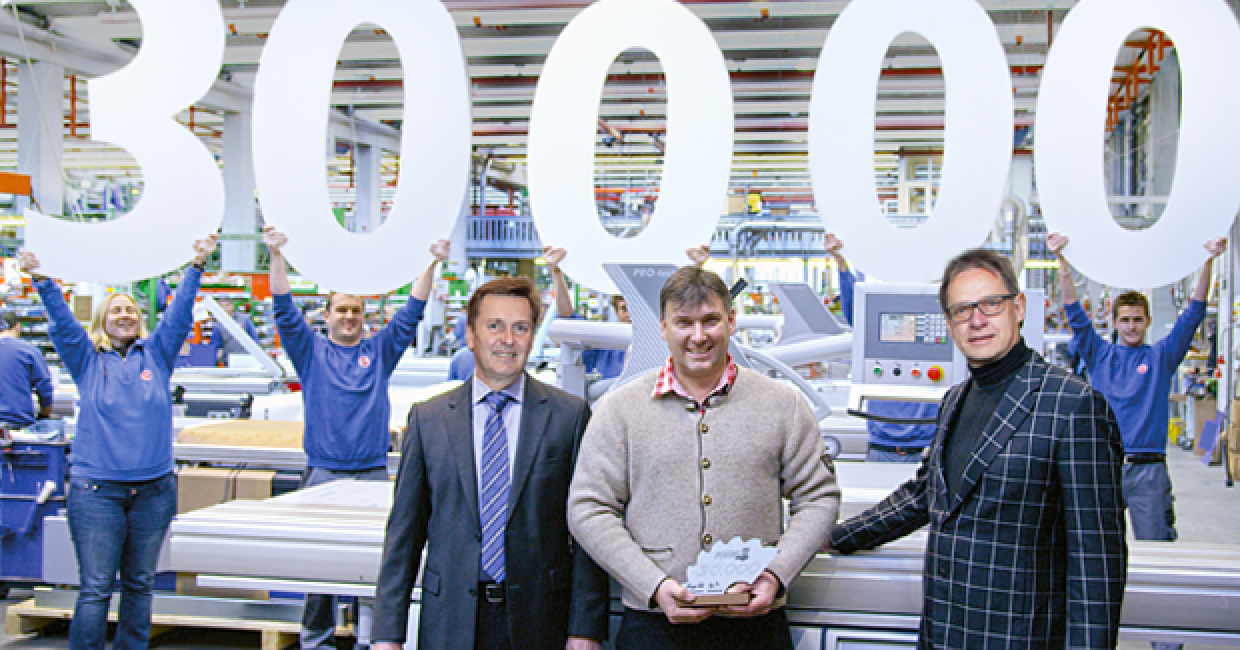 Managing directors, Martin und Hansjörg Felder, at the handover of the machine to Fritz Oberhauser at the Format-4 factory in Hall in Tirol – and the proud workforce celebraing the 30,000th Format-4 woodworking machine