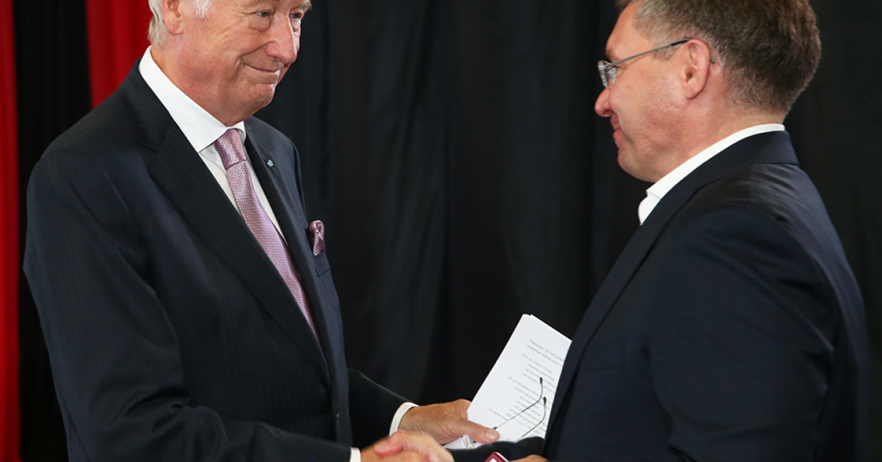Company founder Walter Schatt thanks Governor Wladimir Jakuschew for his support in the construction of the plant in Tyumen