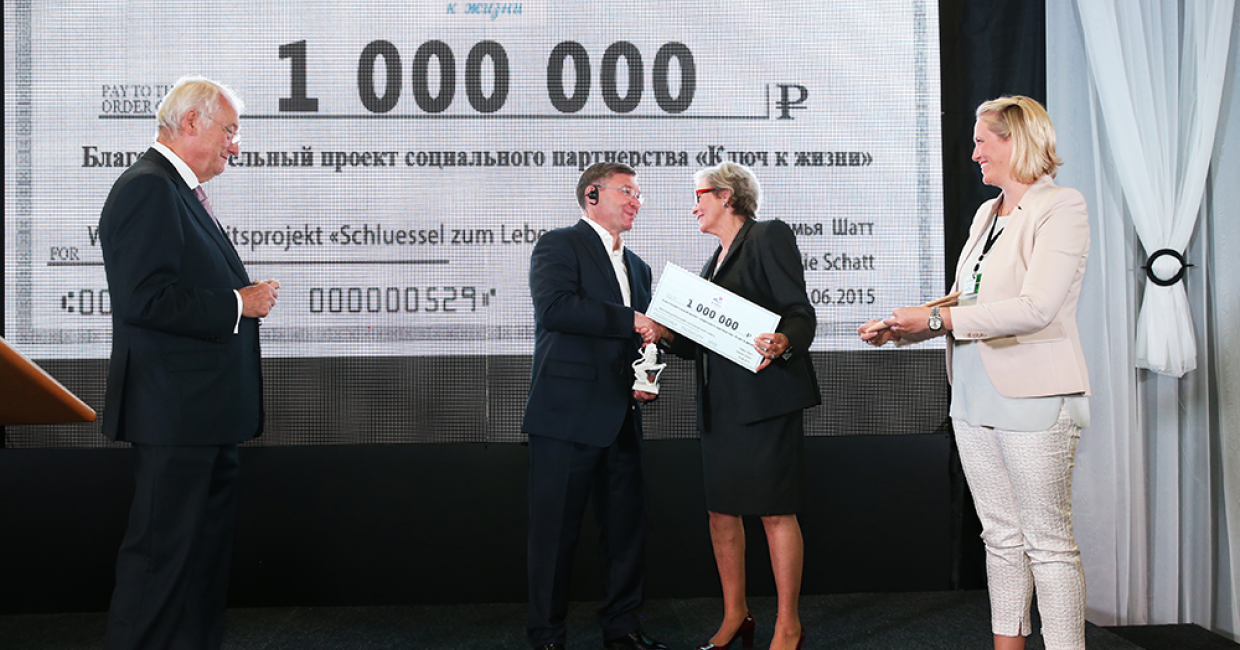 The Schatt family hands Tyumen's Governor  Wladimir Jakuschew a check for the child aid programme: Key to Life. From left : Walter and Ursula Schatt, Governor Jakuschew and Anja Schatt-Steiner