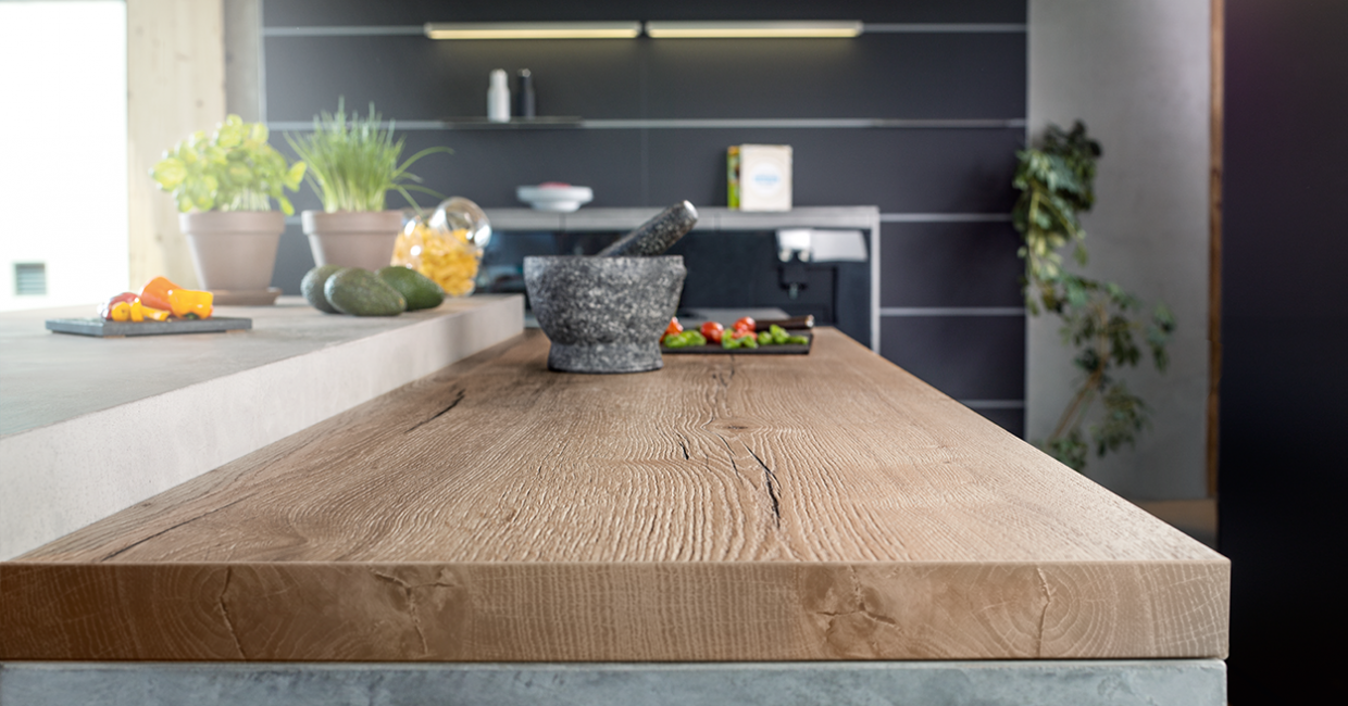H1180 ST37 Natural Halifax Oak has deep knots and cracks which are emphasised by the synchronised pore texture