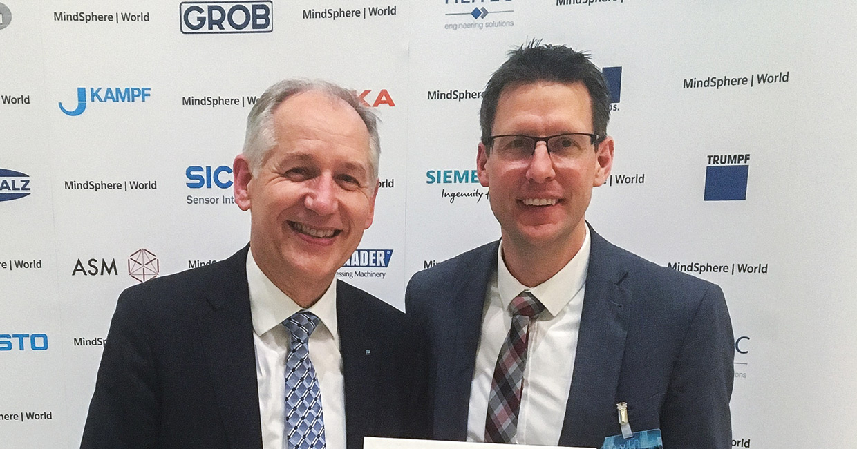Weinig CEO Wolfgang Pöschl (left) and product segment manager Dr. Mario Kordt, who represents Weinig on the advisory board, present the MindSphere World membership certificate.