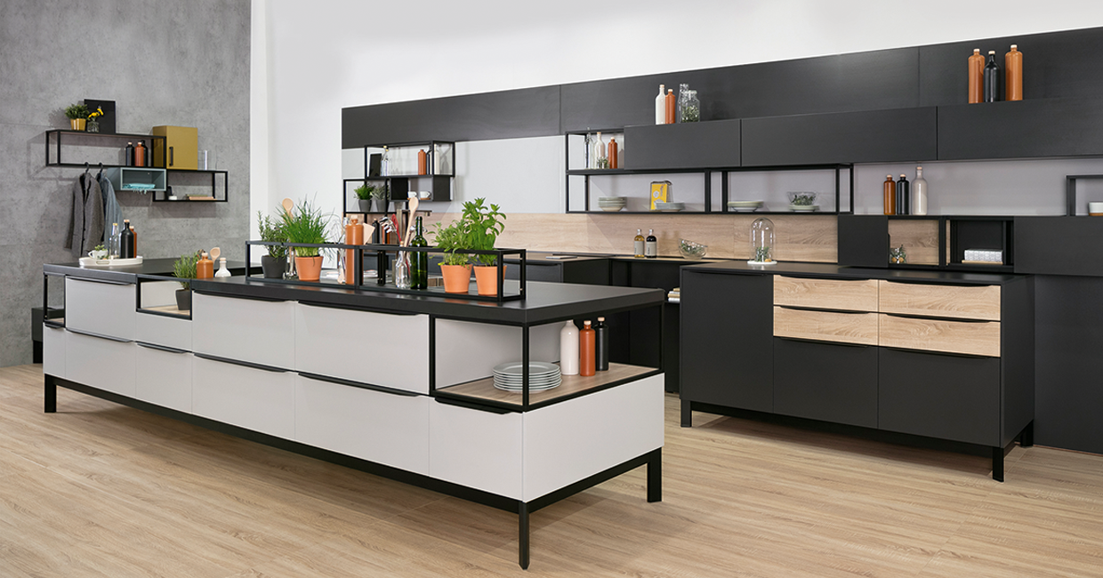 Stone & Wood. Black & Brass. Round & Square. Ostermann provides the solutions that help tradesmen put into practice the kitchen trends 2020. In this picture a kitchen equipped with the flexible shelving sytem Smartcube.