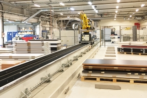 Flexible integrated cell for machining special doors